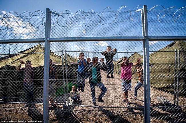 Hungary dùng dây thép gai quây người tị nạn