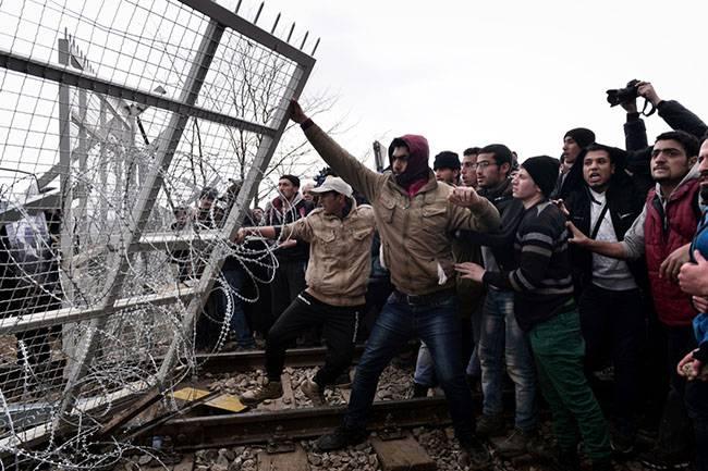 Người tị nạn phá hàng rào gai